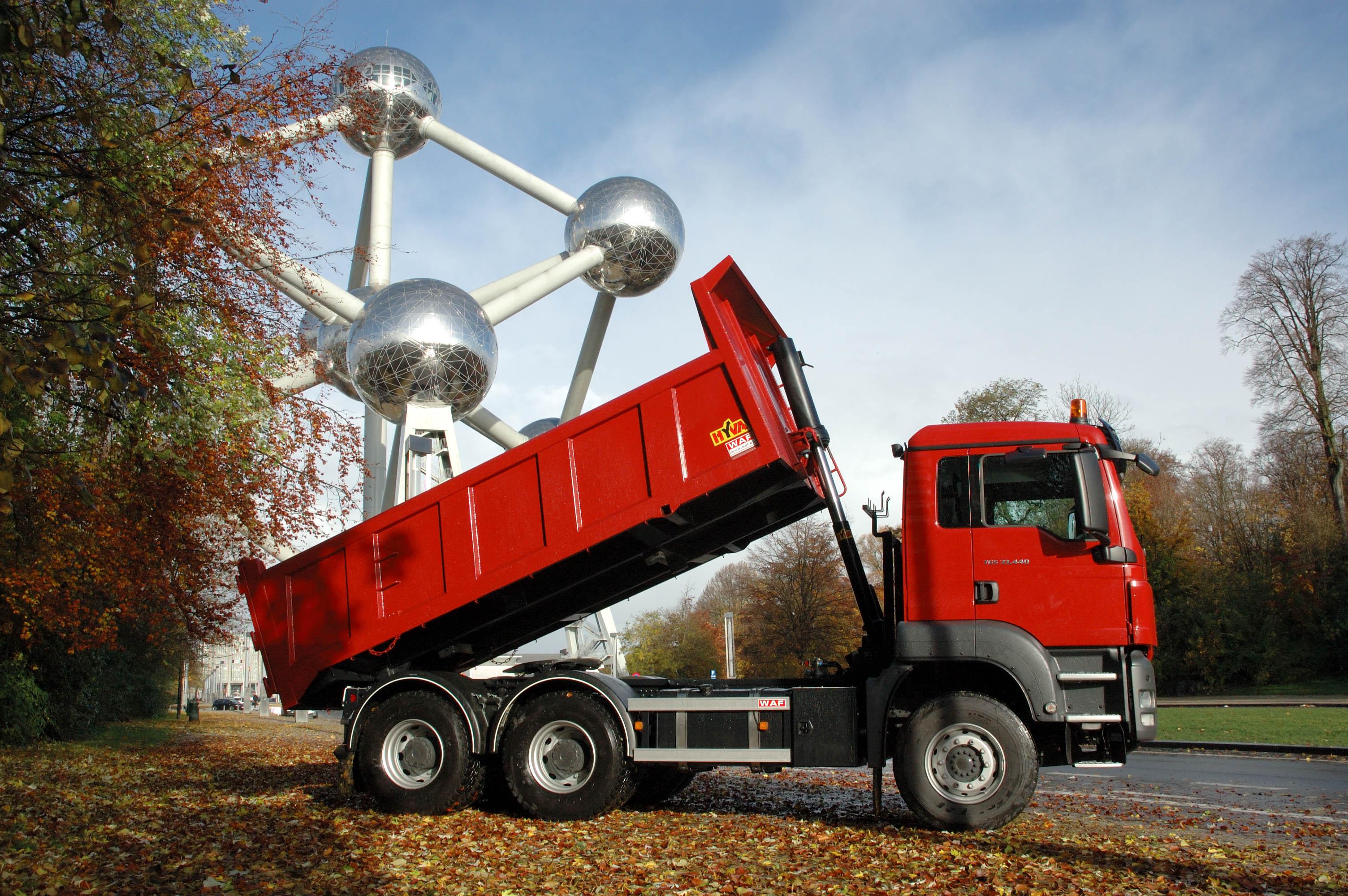 volquete hidráulico sobre camión